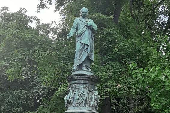 Město České Budějovice rozkvetlo a chystá nasvícení sochy u řeky